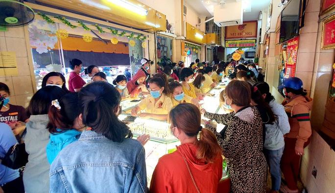 Nhẫn trơn, vàng trang sức tăng giá, khách vẫn rủ nhau  mua trước ngày Thần Tài - Ảnh 1.