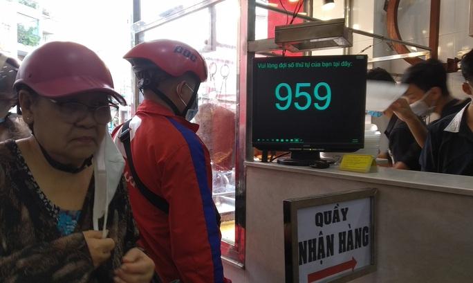 Heo quay 450.000 đồng/kg, khách vẫn tranh nhau mua cúng Thần Tài - Ảnh 2.