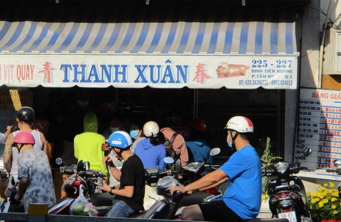 Heo quay 450.000 đồng/kg, khách vẫn tranh nhau mua cúng Thần Tài - Ảnh 1.