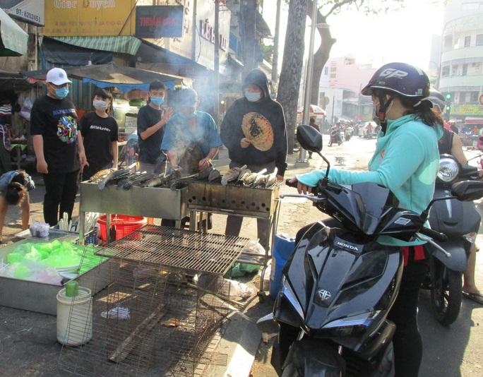 Heo quay 450.000 đồng/kg, khách vẫn tranh nhau mua cúng Thần Tài - Ảnh 6.