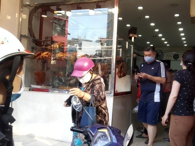 Heo quay 450.000 đồng/kg, khách vẫn tranh nhau mua cúng Thần Tài - Ảnh 3.