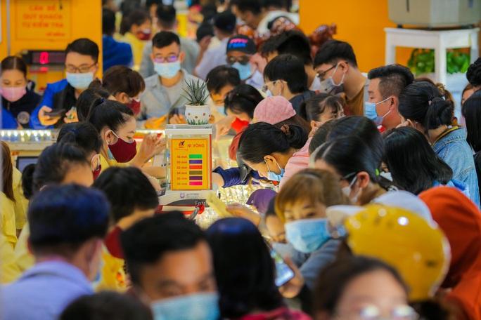Chuyện lạ trên thị trường vàng ngày vía Thần Tài ở TP HCM - Ảnh 3.