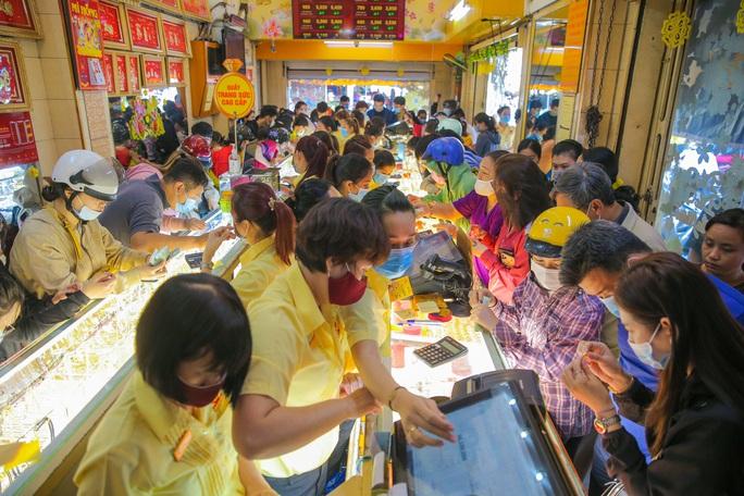 Chuyện lạ trên thị trường vàng ngày vía Thần Tài ở TP HCM - Ảnh 2.