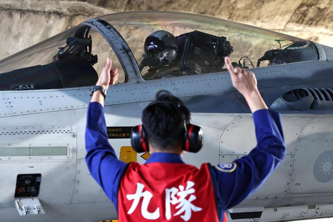 Trung Quốc tập trận, Đài Loan huy động cả máy bay và tên lửa - Ảnh 1.