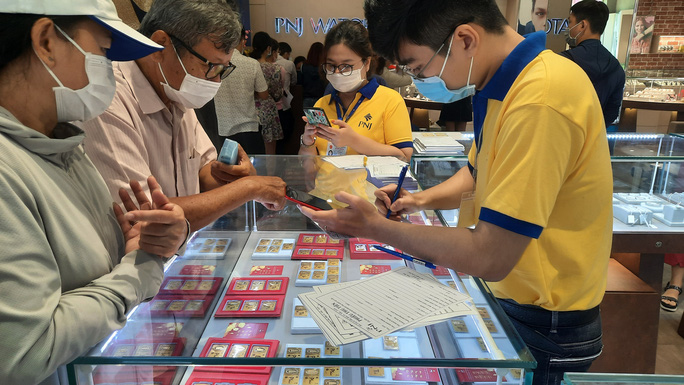 Chuyện lạ trên thị trường vàng ngày vía Thần Tài ở TP HCM - Ảnh 5.