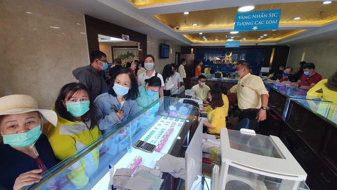 Chuyện lạ trên thị trường vàng ngày vía Thần Tài ở TP HCM - Ảnh 7.