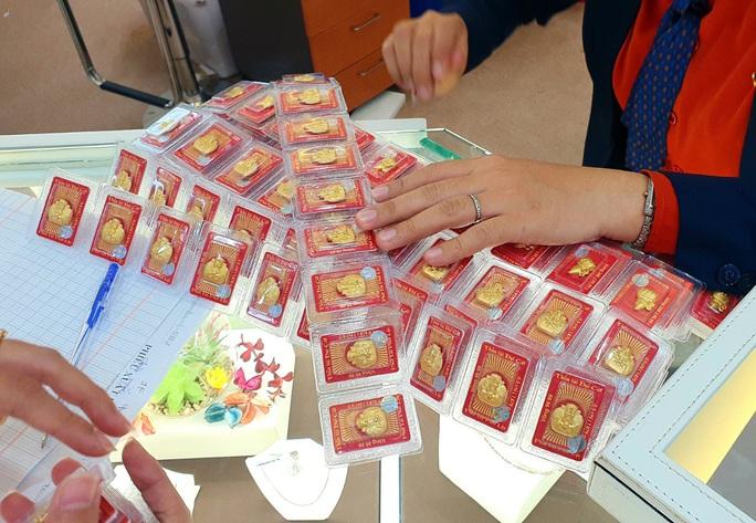 Chuyện lạ trên thị trường vàng ngày vía Thần Tài ở TP HCM - Ảnh 10.