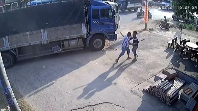 CLIP: Bàng hoàng cảnh 2 tài xế đuổi chém nhau trên quốc lộ - Ảnh 2.