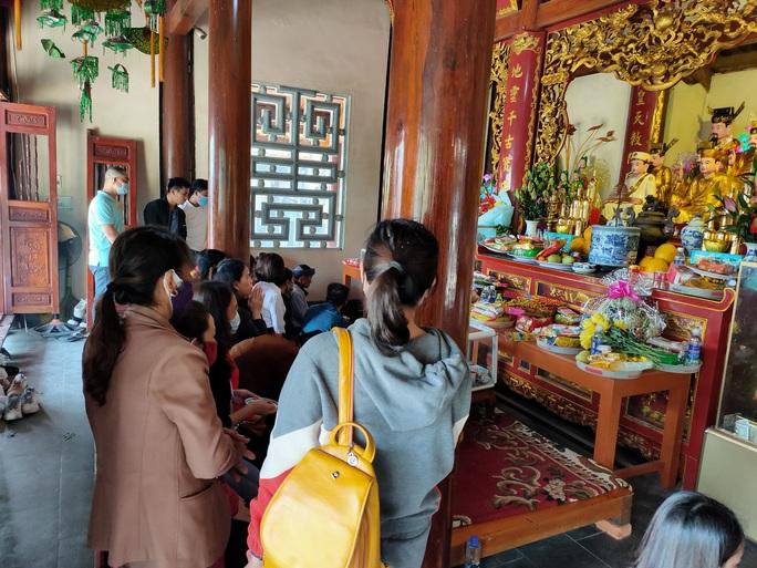 CLIP: Dòng người chen chân viếng Đền thờ Bà Chúa Liễu Hạnh đầu năm - Ảnh 5.