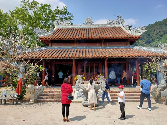 Đền thờ Thánh mẫu Liễu Hạnh đông khách đến dâng hương, cầu bình an trong những ngày đầu năm mới
