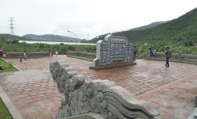 Từ ngoài vào trong là cổng đền, bức bình phong, cổng tam quan, hai trụ đầu lân trước điện thờ, đền Tiền, đền Hậu