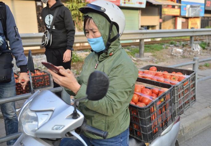 """CLIP: Hàng trăm người dân đổ xô đi """"giải cứu"""" nông sản Hải Dương - Ảnh 14."""
