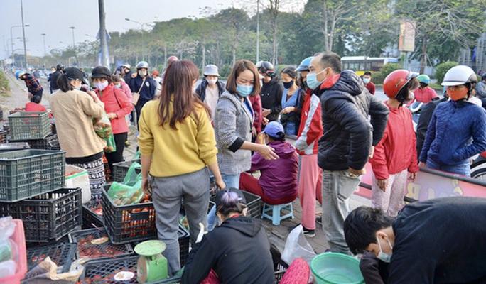 """CLIP: Hàng trăm người dân đổ xô đi """"giải cứu"""" nông sản Hải Dương - Ảnh 4."""