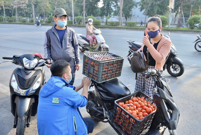 """CLIP: Hàng trăm người dân đổ xô đi """"giải cứu"""" nông sản Hải Dương - Ảnh 6."""