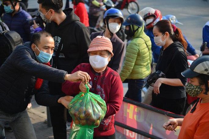 """CLIP: Hàng trăm người dân đổ xô đi """"giải cứu"""" nông sản Hải Dương - Ảnh 8."""