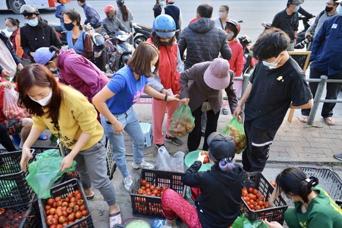 """CLIP: Hàng trăm người dân đổ xô đi """"giải cứu"""" nông sản Hải Dương - Ảnh 9."""
