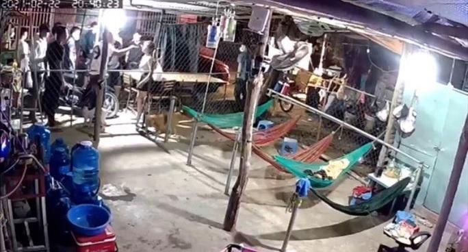 Kinh hãi clip nhóm đòi nợ hàng chục người vây nhà 1 phụ nữ - Ảnh 2.