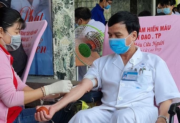 Chỉ hơn 3 tiếng, y bác sĩ, nhân viên Bệnh viện Thống Nhất hiến hơn  60.000 ml máu - Ảnh 1.