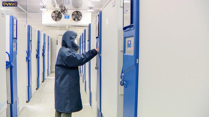 Bên trong kho đông lạnh -86 độ C chứa lô vắc-xin Covid-19 đầu tiên - Ảnh 3.