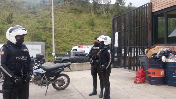 Hỗn chiến đồng loạt ở nhiều nhà tù Ecuador, hơn 60 người chết - Ảnh 1.