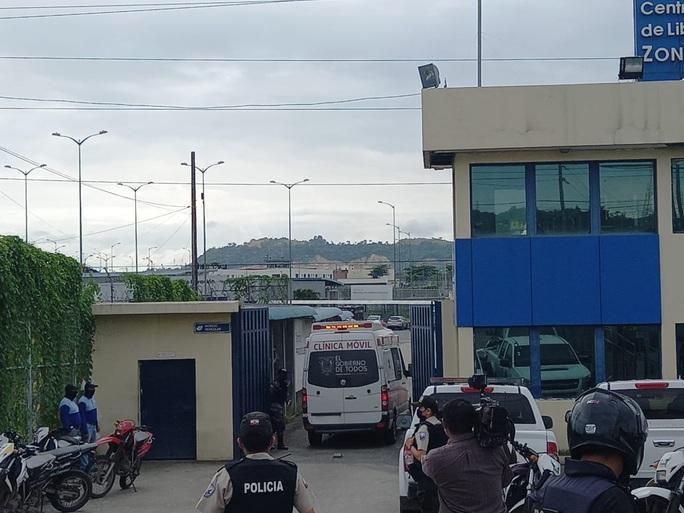 Hỗn chiến đồng loạt ở nhiều nhà tù Ecuador, hơn 60 người chết - Ảnh 3.