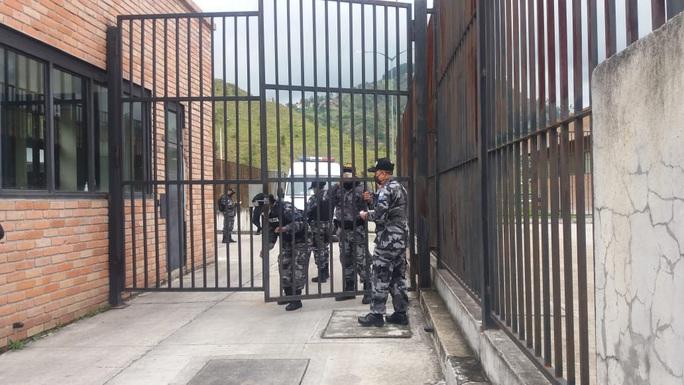 Hỗn chiến đồng loạt ở nhiều nhà tù Ecuador, hơn 60 người chết - Ảnh 4.