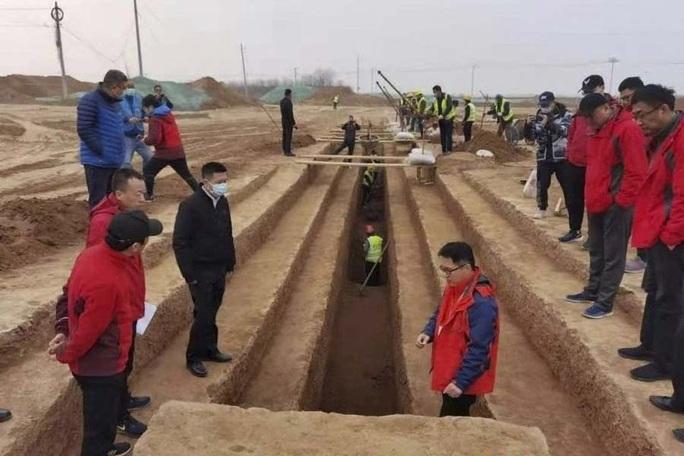 Xây đường tàu và sân bay, đụng độ 3.500 mộ cổ nằm gần đội quân đất nung - Ảnh 1.