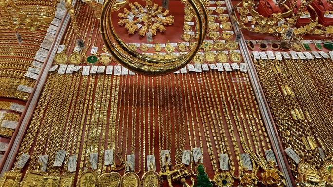 Giá vàng hôm nay 25-2: Tăng giảm chớp nhoáng, các quỹ đầu tư bán 6,05 tấn vàng - Ảnh 2.