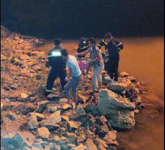 Vụ xe máy, tiền bạc ở trên cầu, nam thanh niên mất tích: Phát hiện thi thể dưới sông - Ảnh 1.
