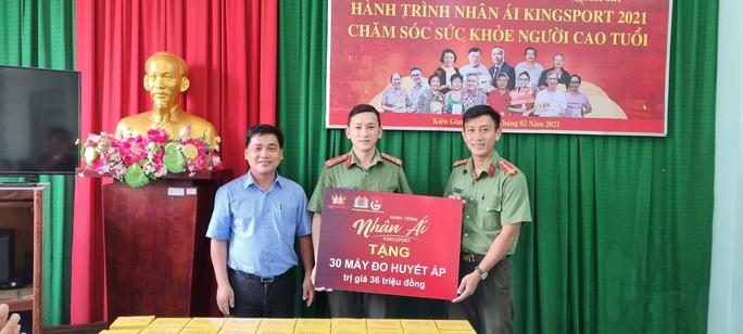 Đoàn Thanh niên Công an tỉnh Kiên Giang tiếp nhận 30 máy đo huyết áp - Ảnh 1.