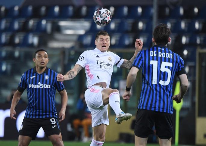 Hậu vệ ghi bàn, Real Madrid thoát hiểm trước bẫy rập Atalanta - Ảnh 1.