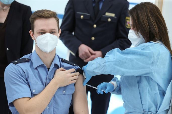 Covid-19: EU đẩy mạnh tiêm vắc-xin chống biến thể mới - Ảnh 1.