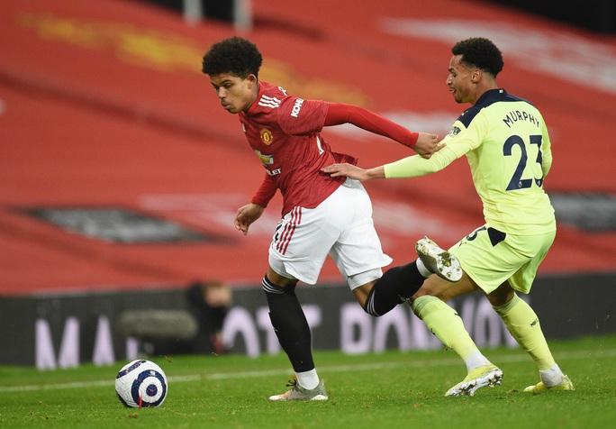 Tài năng 17 tuổi lập kỷ lục khi khoác áo Man United tại Europa League - Ảnh 1.
