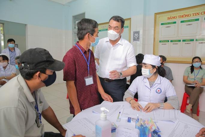Tiêm thử nghiệm vắc-xin COVID-19 của Việt Nam cho 300 người ở Long An - Ảnh 9.