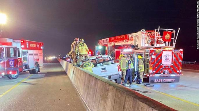 Mỹ: Ngồi trong xe hơi, 1 phụ nữ bị lốp xe văng trúng tử vong - Ảnh 1.