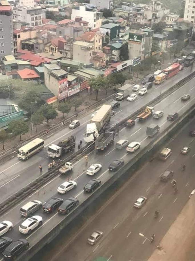 Xe container tông nát giải phân cách ở đường trên cao, giao thông ùn tắc - Ảnh 1.