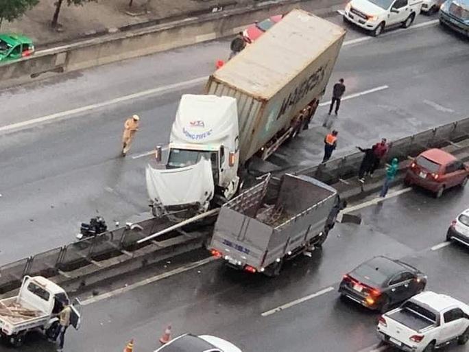 Xe container tông nát giải phân cách ở đường trên cao, giao thông ùn tắc - Ảnh 2.