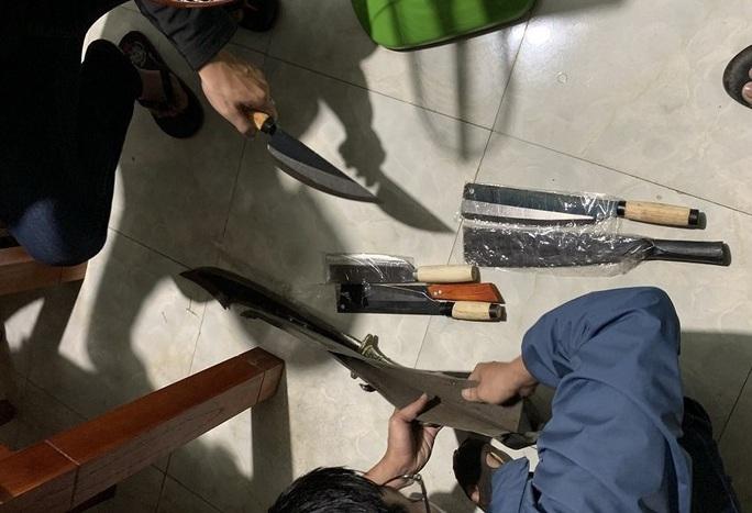 Bắt khẩn cấp đối tượng bị truy nã có súng trong quán nhậu - Ảnh 2.