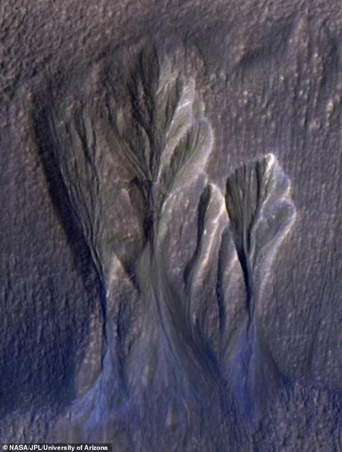 NASA vô tình chụp được nơi sinh vật ngoài hành tinh trú ẩn? - Ảnh 2.