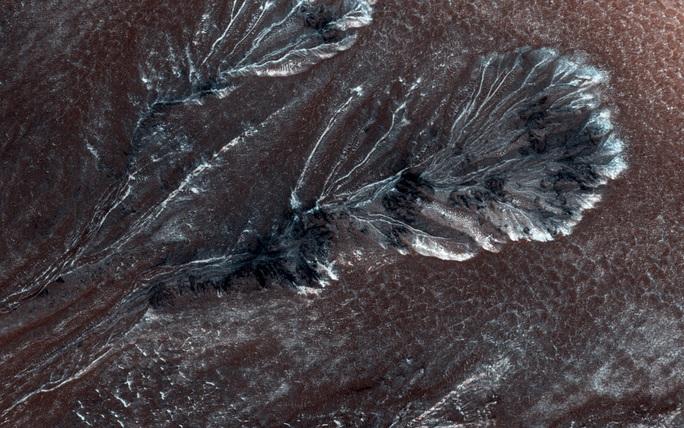NASA vô tình chụp được nơi sinh vật ngoài hành tinh trú ẩn? - Ảnh 1.