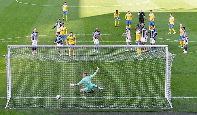 Khó tin: Trọng tài bẻ còi bàn thắng hy hữu, Ngoại hạng Anh dậy sóng - Ảnh 2.