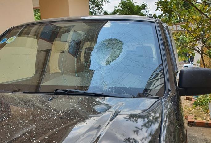 Thấy ô tô đậu chắn lối vào, giám đốc đập phá xe tan nát  - Ảnh 1.