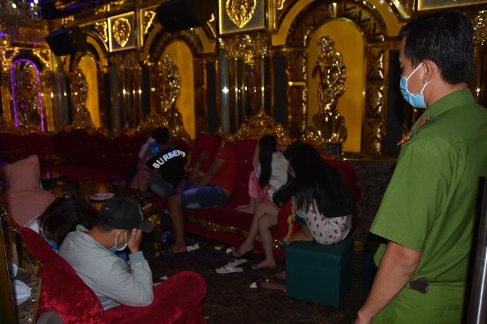 CLIP: Bắt quả tang nhiều chân dài mở... tiệc ma túy ở quán karaoke - Ảnh 2.