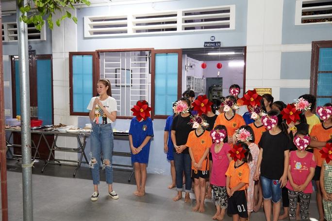Hoa hậu Khánh Vân bật khóc khi thăm ngôi nhà an toàn cho trẻ em bị xâm hại - Ảnh 3.
