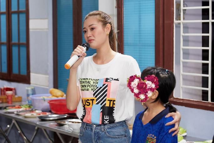 Hoa hậu Khánh Vân bật khóc khi thăm ngôi nhà an toàn cho trẻ em bị xâm hại - Ảnh 9.