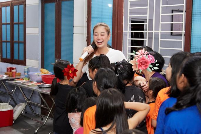 Hoa hậu Khánh Vân bật khóc khi thăm ngôi nhà an toàn cho trẻ em bị xâm hại - Ảnh 8.
