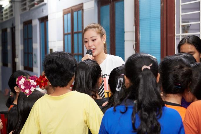 Hoa hậu Khánh Vân bật khóc khi thăm ngôi nhà an toàn cho trẻ em bị xâm hại - Ảnh 7.
