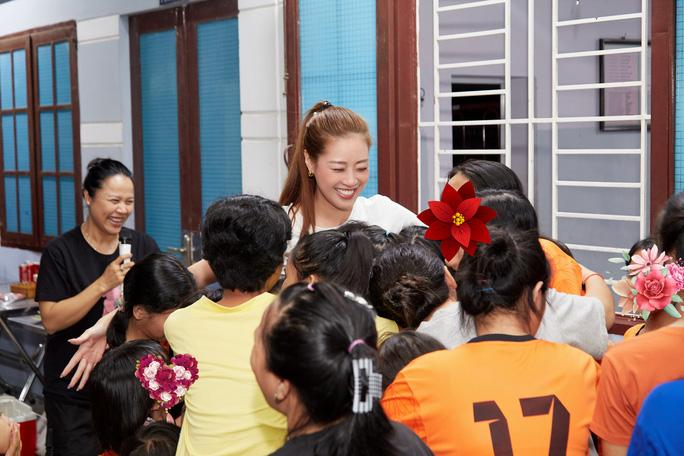 Hoa hậu Khánh Vân bật khóc khi thăm ngôi nhà an toàn cho trẻ em bị xâm hại - Ảnh 6.