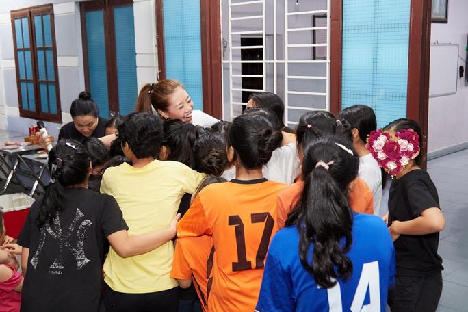 Hoa hậu Khánh Vân bật khóc khi thăm ngôi nhà an toàn cho trẻ em bị xâm hại - Ảnh 5.