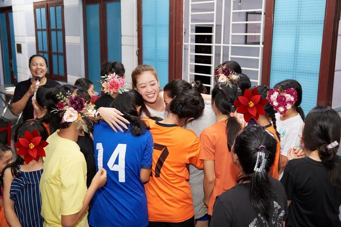 Hoa hậu Khánh Vân bật khóc khi thăm ngôi nhà an toàn cho trẻ em bị xâm hại - Ảnh 4.